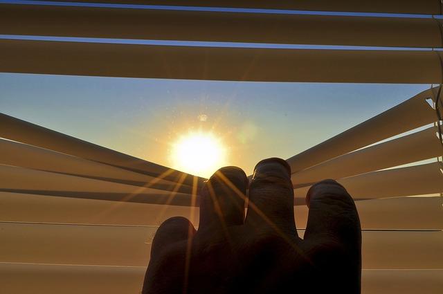 slunce a žaluzie