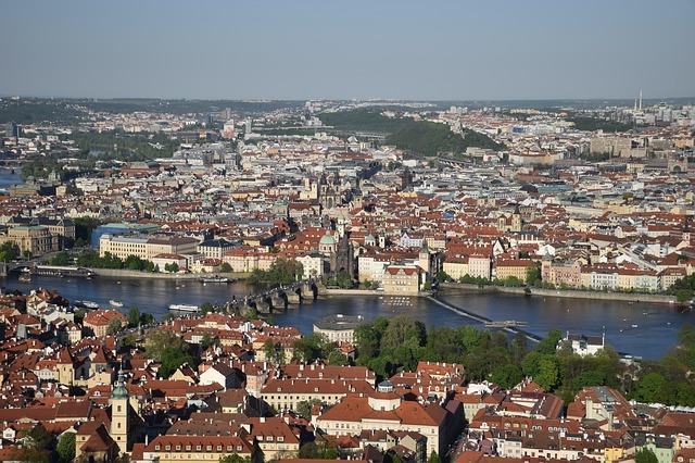 výhled z Petřínské rozhledna na Prahu.jpg