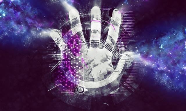 ruka sahající přes obrazovku