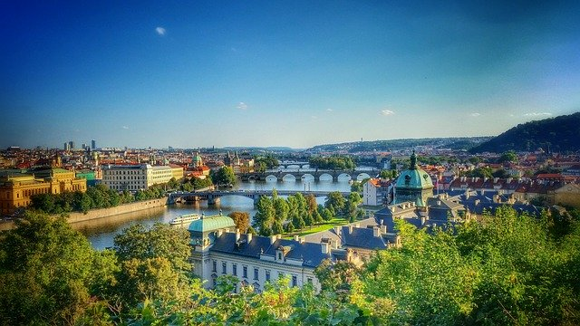 Praha a modrá obloha